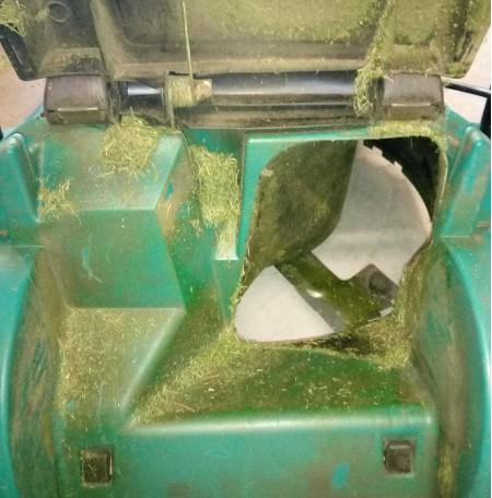 Bosch Rotak 43 Li užkaboriai pilni žolės